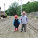 Dětem všudypřítomné bahno nevadí