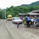 """Typické Rumunsko: školní """"autobus"""", Dacie, pes a bahno"""
