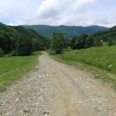Po takovéto cestě se šplháme na hřebeny hor až do výšky 1.100 metrů