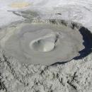 Z nitra země uniká plyn, probublávající bahno se prodírá na povrch a stéká přes okraj sopky dolů.