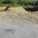 Na okrajích planiny je bahno suché, šedá barva přechází v okrově hnědou. Na povrchu neroste nic, zelená vegetace končí na okraji bahenního pole.