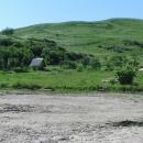 Chatička a nad ní z kamenů vyskládaný nápis Vulcanii Noroiosi (bahenní sopky)