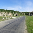 Silnice vede přímo mezi bizarními skalami, které ukrývají řadu jeskyní. Místo je oblíbené pro rumunské piknikáře.