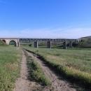 Trošku bloudíme mezi poli a projíždíme pod tímto železničním mostem.
