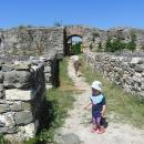 Mezi ruinami starodávného osídlení se procházíme za parného dne