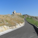 Na hrad Enisala vede fungl nová asfaltka (taková není snad ani na té nejhlavnější z hlavních)