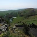 Výhled z hradu na Lacul Razim, kopečky vedle byly dříve pravděpodobně osázeny vinicemi