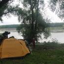 Naše tábořiště na břehu Dněstru, za řekou je Ukrajina.