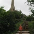Po vystoupání 564 schodů stojíme u efektní Svíce vděku
