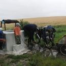 Začaly deště a studny využíváme i za účelem umytí kol a vozíku od bahna