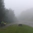 V jednom dni vyjíždíme tři sedla. Bohužel je v horách zataženo, mlha a prší.