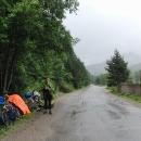 Při stoupání na poslední sedlo opět prší, Luděk musí lepit v dešti
