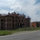 Rozestavěné vily zaujmou každého, kdo tudy projíždí. Oproti minulé návštěvě jsou už některé zastřešené.