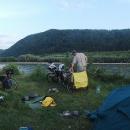 Nocleh u řeky Tisy. Za řekou je Rumunsko.