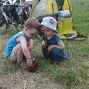 Děti dojídají poslední sklenici malin