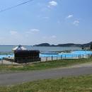 Bazén na břehu Šíravy. Vodu okupuje nějaká sinice, turistický ruch se místní snaží zachránit, jak se dá ...