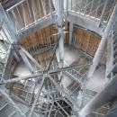 Rozhledna je vlastně ocelová konstrukce zabalená do dřevěného obalu