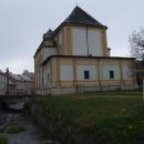 Zadní část kostela se těsně dotýká hranice, kdysi prý bývala sakristie v Prusku