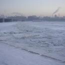 Ledy na Něvě neúnavně proráží několik ledoborců