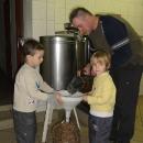 ... a hotový produkt se může nalít do přinesených nádob. Přijeďte ochutnat! :-)