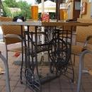 Restaurační stolky ze starých šicích strojů