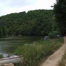 Podél hladiny slapské přehrady míříme k Psaným skalám