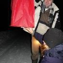 Zapálit pevný líh připevněný do spodu balónku ...