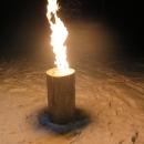 I my jsme pro naše přátele přichystali novinku v podobě hořícího špalku. Chybou ovšem bylo, že jsme použili suché dřevo, a o půnoci, kdy nás mělo hřát jeho teplo, z něho zbyly jen ohořelé pahýly.