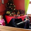 Šárka s Víťou. Víťa zkouší na jídlo si vydělat hraním na klavír