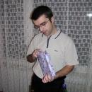 Pavel rozbaluje vánoční dárek.