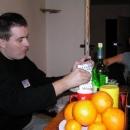 Při přípravě Silvestrovského menu pomáhají všichni.