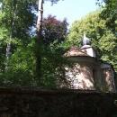 Kaplička u zámečku Kořen, zámek není pro stromy skoro vidět