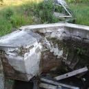 Zašlá sláva Vincentova pramene u obce Prameny, v roce 2002 tu ta stříška ještě stála