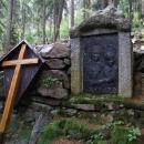 V hloubi lesa shlíží z obrazu černá Panenka Maria