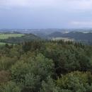 Výhledy z rozhledny Krásenský vrch, z lesů se páří po nedávné bouři