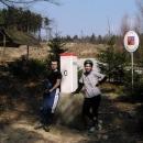Markéta s Pavlem pózují u hraničního kamene.