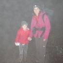 Podmínky jsou opravdu podzimní: mlha, mrholení, bahno. Bloudíme a na chatu jdeme skoro dvě hodiny.