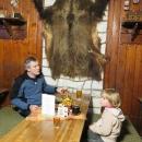 A kůže z pravého beskydského medvěda. S majitelem si dlouho do noci povídáme...