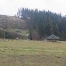 Trojmezí se nachází v prudkém srázu nad potokem. Každý z dotýkajících se států tu má svůj monolit, Česko a Slovensko dokonce ohromné altány.