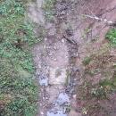Skutečná hranice prochází korytem potoka.