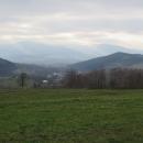 Mohutné kopce Beskyd (Ostrý, Javorový a tak) nad Nýdkem