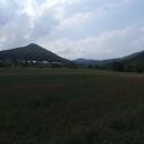 Tam vlevo na kopci má být Kysacký hrad