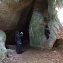 Nejsme sami u starého vchodu do jeskyně