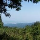 Omezený výhled z Makovici. Nebýt opar, tak je možná přes východoslovenskou nížinu vidět až na Ukrajinu
