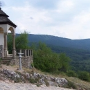 Výhled z hradu na kopečky za ním