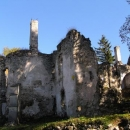 V předhradí byl postaven i zámek, ale též je z něj zřícenina