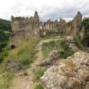 Krásný hrad nevysoko nad vesnicí, nechápu, že ty zdi ještě drží