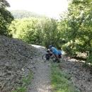 Luděk musí vyvláčet nahoru svoje kolo, moje a vozíček (bez dětí, ty jdou pěšky)