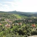 Výhled do Maďarska na hrad Salgo Vár, tyčící se na vysokém skalisku