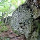 Hrad byl poničen lomem, ale nějaké to zdivo se ještě zachovalo